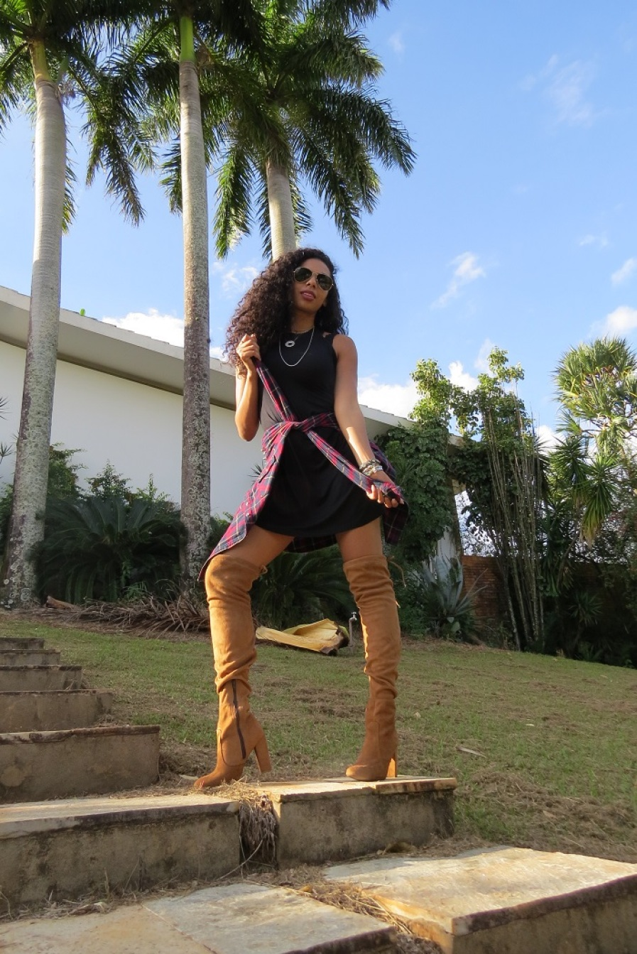 LOOK DO DIA VESTIDO PRETO COM BOTA OVER THE KNEE